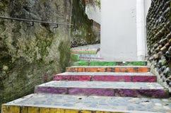 楼梯在老墙壁之间的弯曲的段落 免版税图库摄影