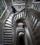 楼梯在老被放弃的旅馆里 库存图片