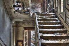 楼梯在被放弃的房子里 库存图片