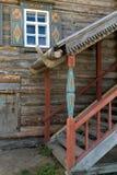 楼梯在装饰的房子里 免版税图库摄影