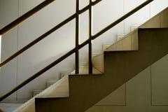 楼梯有混凝土墙背景 免版税库存照片