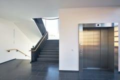 楼梯现代大厦窗口推力 库存图片