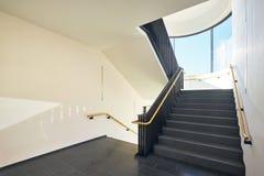 楼梯现代大厦窗口 免版税图库摄影