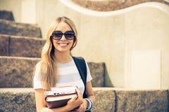 楼梯的学生女孩 免版税图库摄影