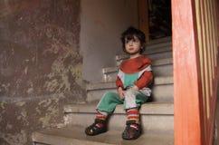 楼梯的小男孩 免版税库存图片