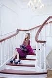 楼梯的豪华美丽的妇女 免版税库存图片