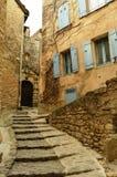 楼梯通过戈尔代,普罗旺斯,法国村庄  免版税库存图片