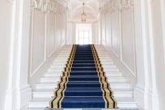 楼梯间在波兰宫殿。 免版税图库摄影