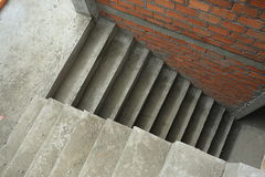 楼梯水泥混凝土结构在住宅房子里 免版税库存照片