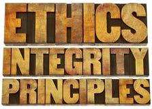 概念、正直和原则在木类型 免版税库存照片