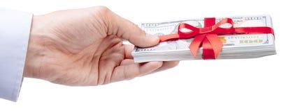 概念、金钱作为礼物,胜利或者奖金 人在衬衣的` s手采取或给堆100美金栓与与弓的红色丝带 免版税库存图片
