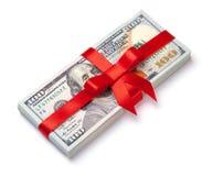 概念、金钱作为礼物,胜利或者奖金 堆100美金栓与与弓的红色丝带 查出在白色 免版税图库摄影
