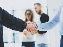 概念两工友握手过程 企业合作握手 在巨大会议以后的成功的成交 蠢材 库存照片