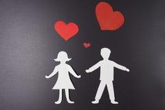 概念亲吻妇女的爱人 在男人和妇女的纸红色心脏在黑背景的爱的 St华伦泰` s日 恋人彼此 库存照片