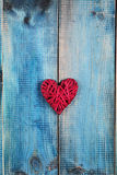 概念亲吻妇女的爱人 在蓝色土气木背景木背景的红色心脏 情人节海报或明信片设计 葡萄酒 图库摄影