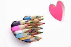 概念亲吻妇女的爱人 颜色铅笔,两爱心脏,白色背景 库存图片