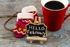概念你好在黑板的2月消息有一杯的coffe 库存照片