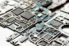 概念修理在白色背景的智能手机小配件 免版税图库摄影