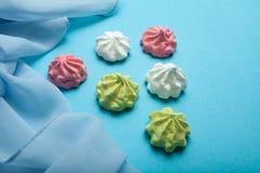 概念党,生日 时尚时兴的最小的样式  蓝色背景的贝兹 免版税图库摄影