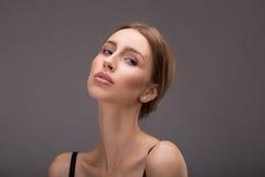 概念医疗保健和护肤 妇女有一根干净的穿着考究的皮肤和长的棕色头发 特写镜头纵向 免版税库存照片