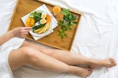 概念吃健康 亚洲查出微笑暴牙的白人妇女的背景河床大早餐白种人 库存图片
