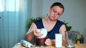 概念吃健康 妇女打开一台搅拌器用果子和莓果纯汁浓汤 股票视频