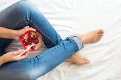概念吃健康 妇女` s递拿着有muesli和冷冻莓果的碗 免版税库存图片