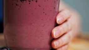 概念吃健康 额外特写镜头混合的酸奶用在搅拌器的果子和莓果纯汁浓汤 股票视频