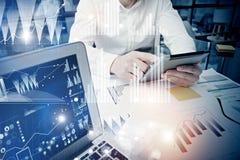 概念商人感人的现代片剂屏幕 工作新的私人银行业项目办公室的贸易商经理 使用 免版税图库摄影
