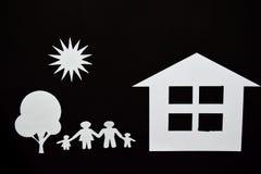 概念图象做您一个房子 家庭纸裁减与房子和树的 免版税库存图片