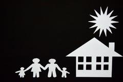 概念图象做您一个房子 家庭纸裁减与房子和树的 免版税库存照片