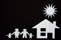 概念图象做您一个房子 家庭纸裁减与房子和树的 图库摄影