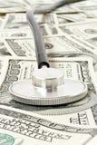 概念在听诊器的医学货币 图库摄影