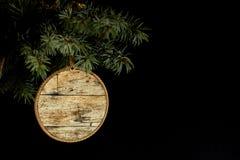 概念在木背景的待售 免版税库存图片