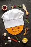 概念在黑暗的背景顶视图的厨师工作 免版税图库摄影