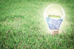 概念地球新鲜的地球草绿色行星 风轮机干净的自然生态环境 免版税库存照片