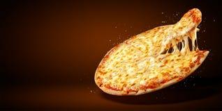 概念增进飞行物和海报餐馆或比萨店的,模板可口口味玛格丽塔酒薄饼,无盐干酪乳酪 免版税库存图片