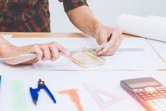 概念建筑师、工程师设备或者弗吉尼亚轮尺测量 在有一张图纸的书桌上在办公室 图库摄影