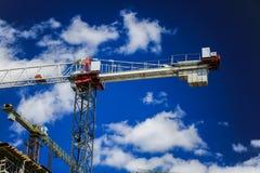 概念建筑手指金子安置关键字 一个新的大厦建设中反对天空 背景看板卡祝贺邀请 新的都市城市 机械 免版税图库摄影