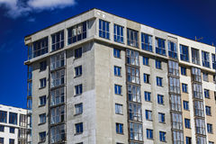概念建筑手指金子安置关键字 一个新的大厦建设中反对天空 背景看板卡祝贺邀请 新的都市城市 机械 免版税库存图片
