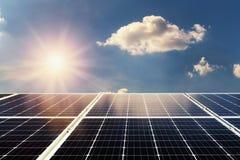 概念归零电源能量 太阳电池板和阳光与蓝色s 免版税图库摄影