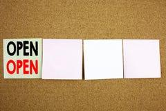 概念性商店开头的手文字文本说明启发陈列开放企业概念在五颜六色的稠粘的笔记关闭 图库摄影