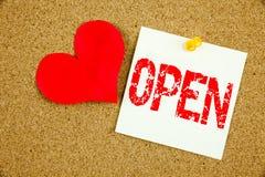 概念性商店开头的手文字文本说明启发陈列开放在稠粘的笔记写的概念和爱,提示c 免版税库存照片