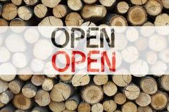 概念性在木背景写的商店开头的公告文本说明启发陈列开放企业概念与 免版税图库摄影