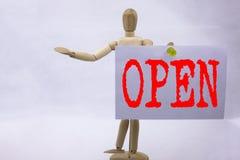 概念性在稠粘的笔记雕塑写的商店开头的手文字文本说明启发陈列开放企业概念b 库存图片
