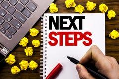 概念性手文字文本说明以下步骤 未来Golas的企业在片剂膝上型计算机写的概念和目标,木bac 免版税库存照片