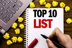 概念性手文字文本说明名列前茅10十列出在片剂膝上型计算机写的成功十名单的企业概念,木backg 库存图片