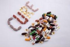概念性手文字文本说明启发卫生保健健康概念写与药片使胶囊在白色的词治疗服麻醉剂我 图库摄影