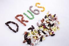 概念性手文字文本说明启发卫生保健健康概念写与药片使胶囊在白色的词药物服麻醉剂我 图库摄影