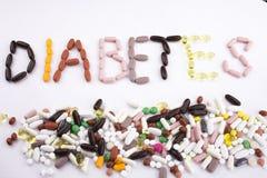 概念性手文字文本说明启发卫生保健健康概念写与药片使胶囊在whi的词糖尿病服麻醉剂 免版税库存图片